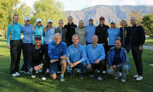 Spelare och coacher som var med under läger på Pauma valley 2015. Spelarna står i bakre raden och coacherna knäböjer framför.