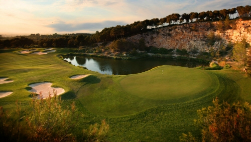 Lumine Golf Club Hills nionde hål. Bilden är tagen uppifrån klubbhusets terass och man har utsikt över större delen av nionde hålet. Först ser man green, där bakom ett vattenhål och sedan fairway.